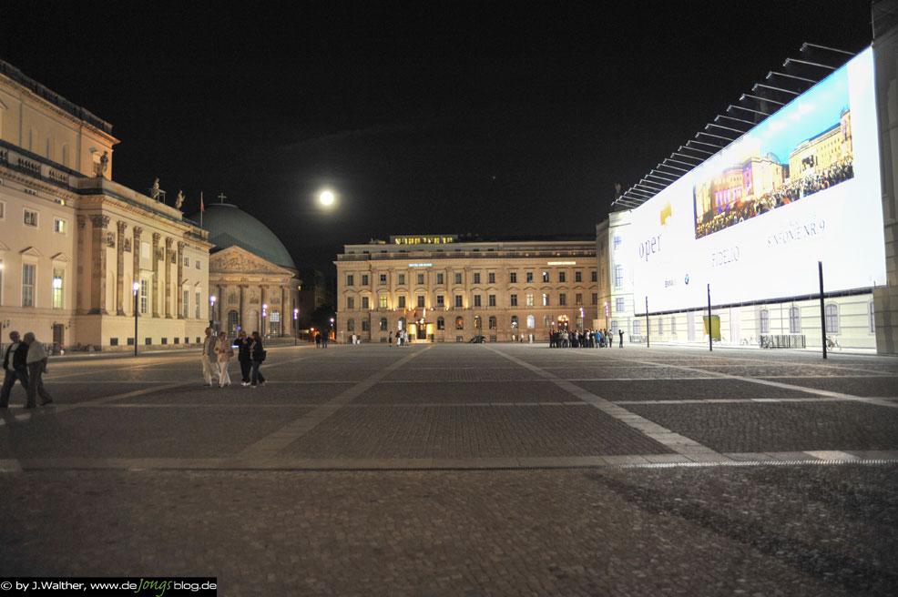 Platz an der Oper mit Baustellenbespannung - Berlin
