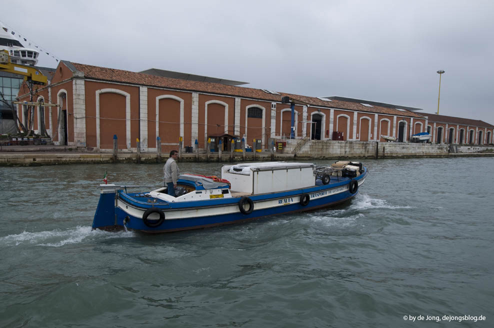 blaues Transportboot