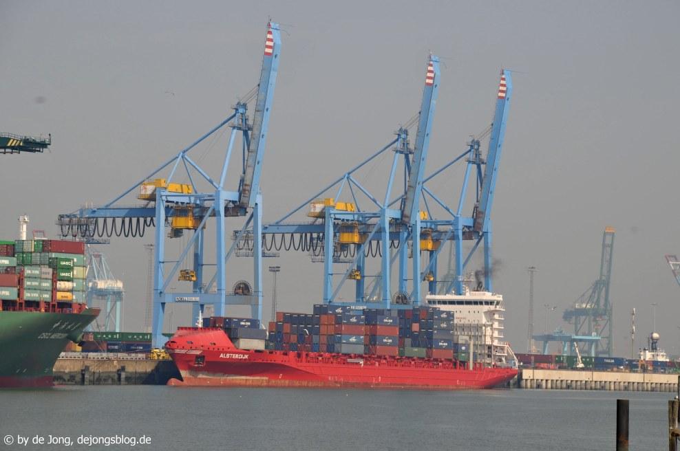 Ich fand auf diesem Bild wird so richtig klar, wie groß so ein Containerschiff ist - De Haan - Belgien