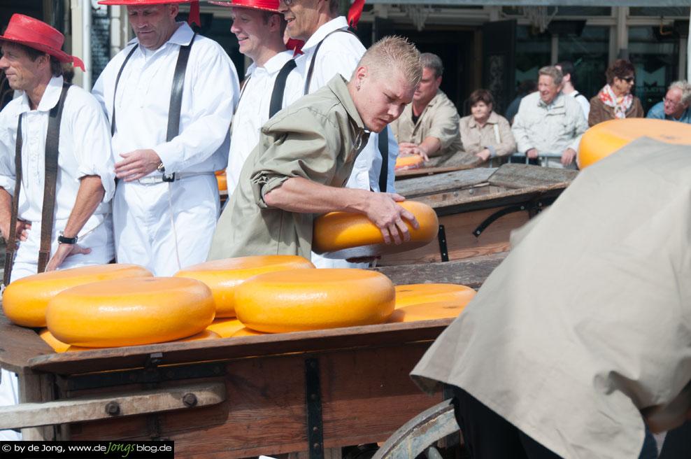 Käsewagen wird beladen